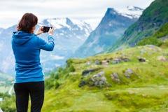 Turista que toma a foto nas montanhas Noruega Imagem de Stock Royalty Free