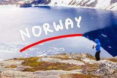 Turista que toma a foto pelo lago Djupvatnet, Noruega Foto de Stock