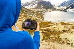 Turista que toma a foto pelo lago Djupvatnet, Noruega Imagens de Stock