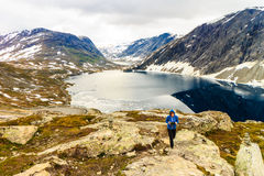 Turista que toma a foto pelo lago Djupvatnet, Noruega Foto de Stock Royalty Free