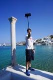 Turista que toma a fotografia em pouca Veneza em Mykonos, Grécia Imagens de Stock