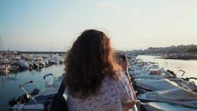 Turista que toma fotos do porto filme