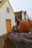 Turista que toma a imagem da casa da quinta histórica fotografia de stock