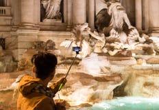 Turista que toma a imagem da fonte do Trevi Fotografia de Stock Royalty Free