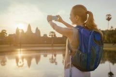 Turista que toma a imagem do templo Angkor Wat, Camboja Fotografia de Stock Royalty Free