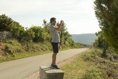 Turista que toma a imagem na ilha Cres, Croácia Foto de Stock Royalty Free
