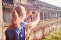 Turista que toma a imagem no templo Angkor Wat, Camboja Fotos de Stock Royalty Free