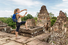 Turista que toma a imagem pre do templo de Rup, Angkor, Camboja Foto de Stock Royalty Free