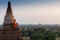 Turista que toma las fotos de la salida del sol en la pagoda superior en Myanmar, Bagan Fotografía de archivo libre de regalías