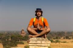 Turista que toma las fotos de la salida del sol en la pagoda superior en Myanmar, Bagan Imágenes de archivo libres de regalías
