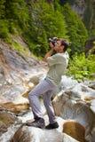 Turista que toma las fotos de una cascada Fotos de archivo