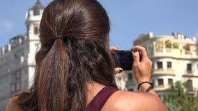 Turista que toma las fotos usando la cámara digital almacen de metraje de vídeo
