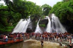 Turista que toma o banho na cachoeira Imagens de Stock Royalty Free