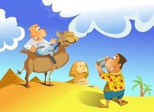 Turista que toma retratos de um homem no camelo Fotos de Stock Royalty Free