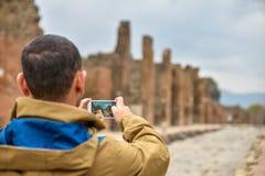 Turista que toma uma foto Fotos de Stock
