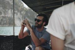 Turista que toma uma foto de um barco fotografia de stock