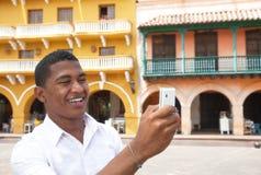 Turista que toma uma imagem em uma cidade colonial Foto de Stock Royalty Free