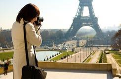 Turista que toma un cuadro de la torre Eiffel Foto de archivo