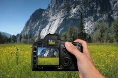 Turista que toma una fotografía del paisaje Fotos de archivo libres de regalías