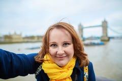 Turista que toma una imagen del uno mismo con el puente de la torre fotografía de archivo libre de regalías