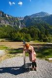 Turista que usa el telescopio de fichas Fotos de archivo