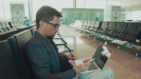 Turista que usa los dispositivos en aeropuerto metrajes