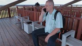 Turista que usa smartphone en torre de la visión almacen de video