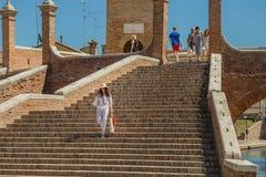 Turista que va abajo del puente antiguo Fotos de archivo
