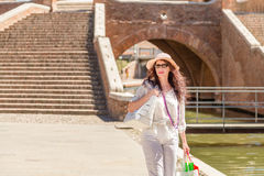 Turista que va abajo del puente antiguo Foto de archivo libre de regalías