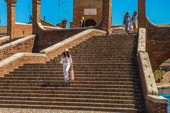 Turista que va abajo del puente antiguo Imagen de archivo