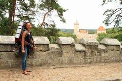 Turista que va al castillo de Kokorin Fotos de archivo