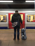 Turista que viaja en el tubo subterráneo Londres Imagen de archivo