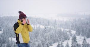 Turista que viajaba solamente en un d?a de invierno, ?l lleg? en un lugar hermoso con paisaje que sorprend?a, ?l tom? su naranja metrajes