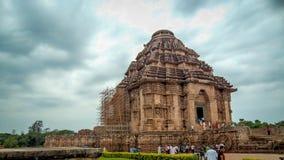 Turista que visita o templo de Konark Sun em Orissa, Índia Templo do sol de Konark contra a foto de stock royalty free