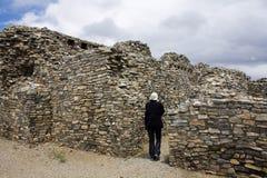 Turista in rovine di Gran Quivira Fotografia Stock