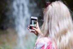 Turista rubio de la mujer con la mochila Foto de archivo libre de regalías