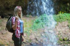 Turista rubio de la mujer con la mochila Foto de archivo