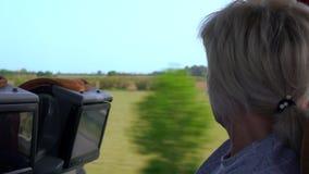 Turista rubio de la mujer que disfruta de la visión metrajes