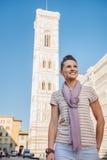 Turista sonriente de la mujer joven que hace turismo en Florencia, Italia Foto de archivo