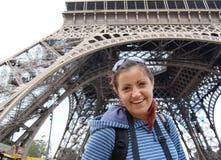 Turista sonriente feliz debajo de la torre Eiffel fotos de archivo libres de regalías