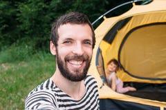 Turista sorridente barbuto che prende selfie, resto della famiglia Fotografie Stock Libere da Diritti