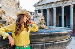 Turista sorridente della donna che si appoggia la fontana del panteon a Roma Immagine Stock Libera da Diritti