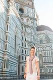 Turista sorridente della donna che sta nella parte anteriore del duomo, Firenze Fotografie Stock Libere da Diritti