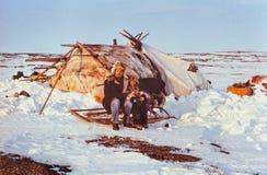Turista soviético que tem o contato com a criança dos indígenas Foto de Stock Royalty Free