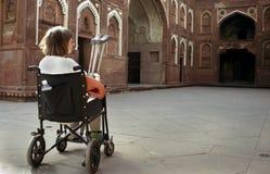 Turista straniero che visualizza fortificazione indiana Fotografie Stock Libere da Diritti
