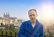 Turista su un bello fondo di vecchia città, Praga immagini stock libere da diritti