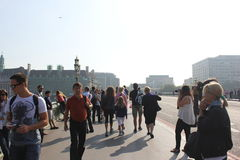 Turista su un ponte Fotografia Stock