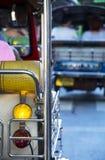Turista sui tuks del tuk a Bangkok fotografia stock libera da diritti