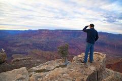 Turista sul bordo di grande canyon Fotografia Stock