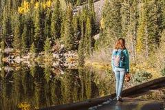 Turista sul lago vicino bear della traccia in Colorado fotografia stock
